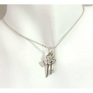 Parure métal argenté,collier avec un pendentif trèfle et clé , boucles strass