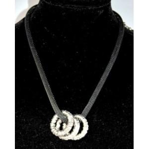 Collier métal maille noire, triple anneaux argentés martelés