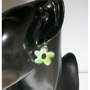 Boucles pierre verte, fleur nacrée de couleur verte