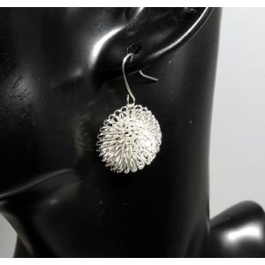 Boucles métal argenté torsadé en forme de fleur