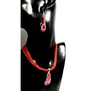 Parure cordons, métal et strass, collier avec pendentif tong rouge laqué. Boucles d'oreilles assorties