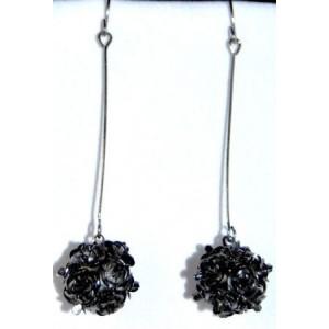 Boucles métal argenté, roses noires sur tige