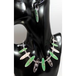 Parure métal résine verte, ornée de de motifs en forme de planche de surf, collier et boucles assorties