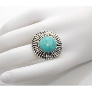 Grosse bague ronde ajustable en métal argenté orné d'une pierre vert émereaude