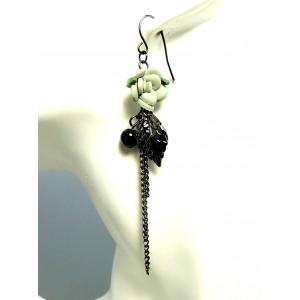 Boucles d'oreilles avec une fleur verte, une feuille en métal noir, une pierre facetée et perle noire