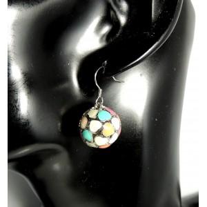 Boucles avec des petits cœurs en émail de couleur en forme de sphère