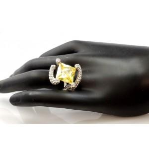 Bague torsadée en acier ornée d'une pierre jaune et strass