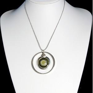 Collier avec chaîne perlée, pendentif 2 cercles et médaillon laqué vert de gris