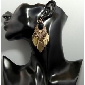 Boucle d'oreilles en métal doré orné d'une pierre noire ovale, feuilles pendantes
