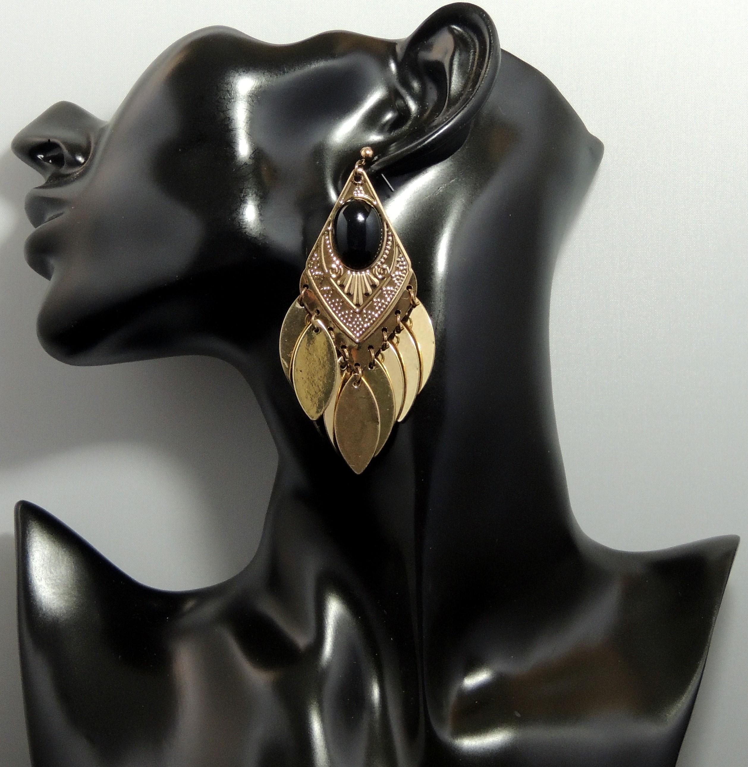 couleurs et frappant doux et léger apparence élégante Boucles en métal doré martelé orné d'une pierre noire, 1 partie fixe et une  partie mobile avec des feuilles pendantes