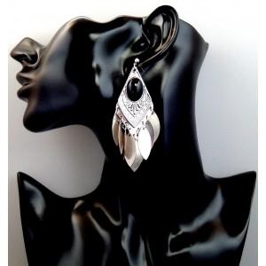 Boucle d'oreilles en métal argenté orné d'une pierre noire ovale, feuilles pendantes