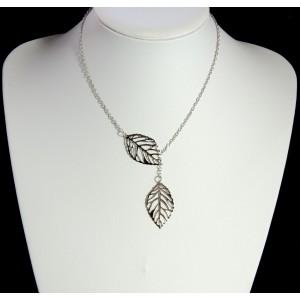 Collier fin en métal argenté avec 2 feuilles ajourées entrelacées