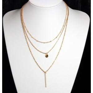 Collier fin en métal doré avec 3 chaînes sur 3 niveaux et petites breloques