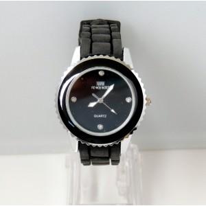 Montre avec cadran noir, bracelet en silicone noire marque française