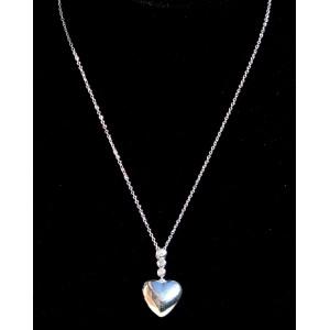 Collier en argent 925 avec une chaîne qui supporte un pendentif en forme de cœur