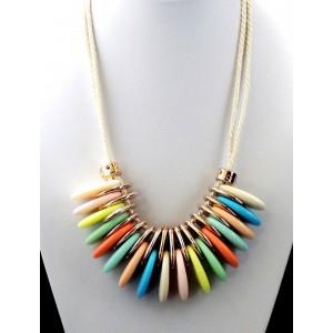 Collier avec anneaux ovalisés multicolores montés sur cordons de soie beige
