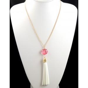 Collier en métal doré avec un pendentif en cuir blanc et pierre rose transparente