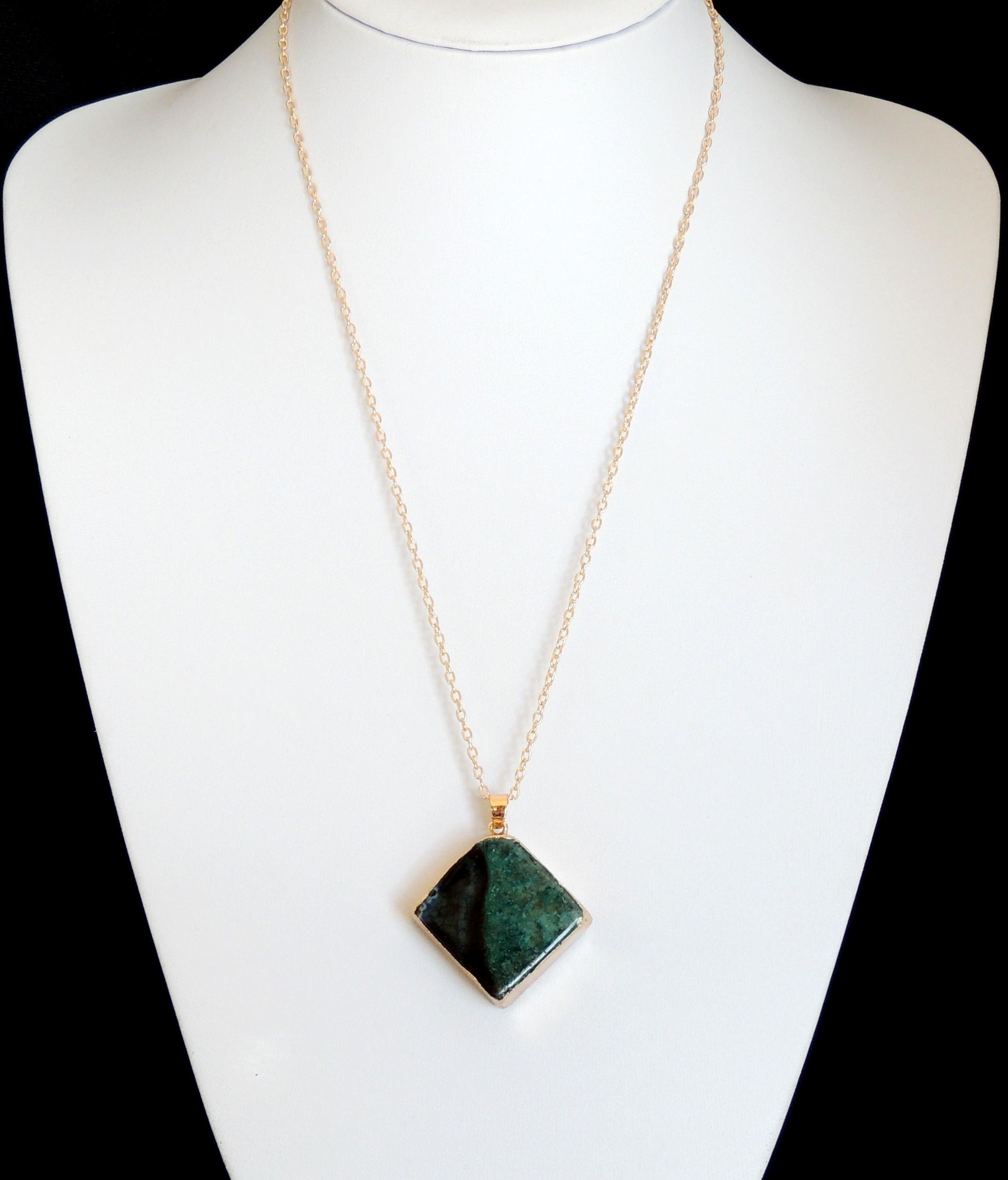 super populaire 6621d 1f007 collier avec un pendentif en pierre semi-précieuse dans des tons de vert