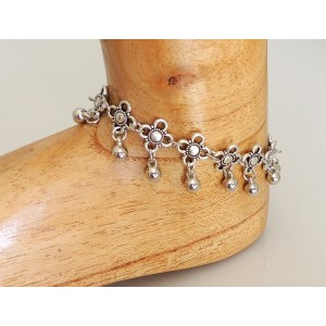 Bracelet de cheville en métal argenté, fleurs ciselées et perles pendantes