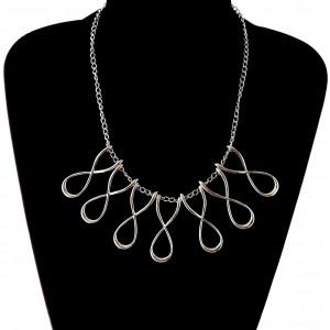 Collier en métal argenté avec 7 pendentifs en forme de 8 ouvert