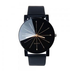 Montre ronde avec un cadran noir et un verre facetté, bracelet en cuir noir