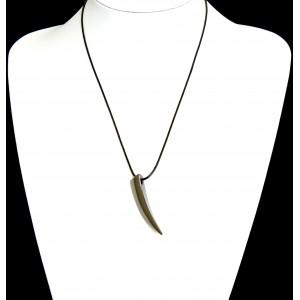 Collier pour homme avec un cordon noir qui supporte une dent de loup en acier