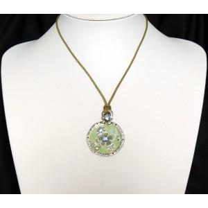 Collier avec un cordon kaki et pendentif vert orné de cristaux, marque Temple street