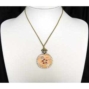 Collier avec un cordon kaki et pendentif saumon orné de cristaux, marque Temple street