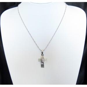 Collier en acier inoxydable, avec un pendentif design en forme de croix
