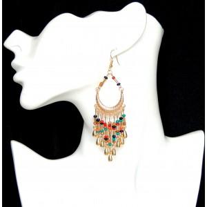 Boucles d'oreilles avec perles de toutes couleurs et perles en métal enforme de larmes montées sur métal doré