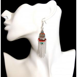 Boucles d'oreilles laquées avec chaînettes argentées et perles de couleur