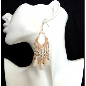Boucles d'oreilles dorées ornées de perles nacrées et pompons de couleur écrue