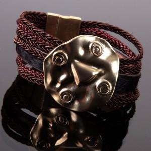 Bracelet Amerindia fashion sur cordons multitangs, plaque martelée dorée en déco