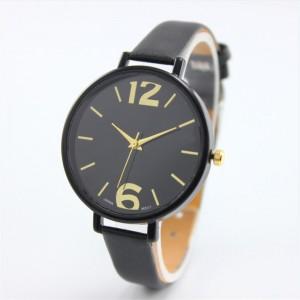Montre avec cadran rond noir, aiguilles et chiffres dorés, bracelet cuir noir