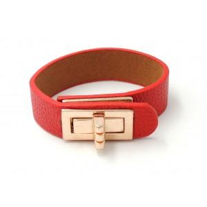 Bracelet en cuir grainé rouge, fermoir en métal doré sur le dessus