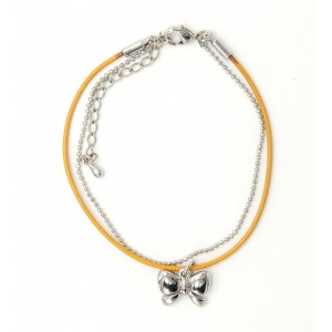 Bracelet avec cordon couleur camel, chaîne perlée, pendentif nœud papillon