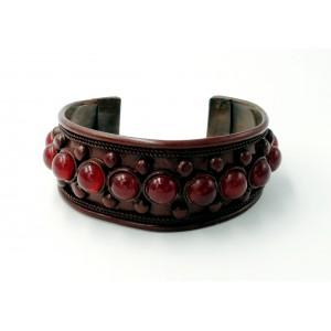 Bracelet rigide en métal de couleur bordeaux serti de perles de même couleur
