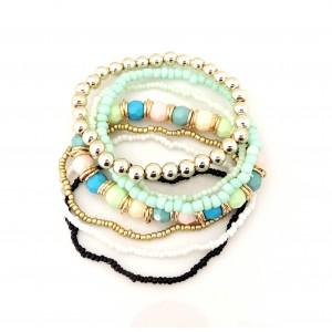 Bracelet avec des perles de plusieurs couleurs, dominante vert d'eau