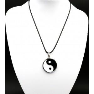 Collier en métal avec un pendentif en métal yin yang