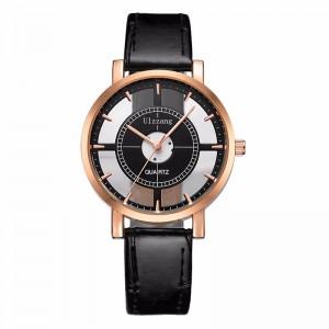 Montre originale avec un cadran noir en partie évidé, bracelet noir