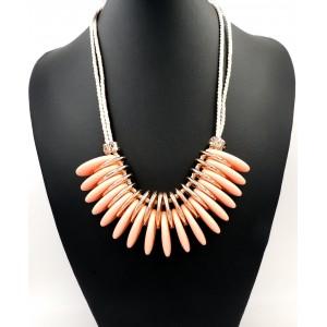Collier avec anneaux ovalisés couleur saumon montés sur cordons de soie beige