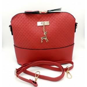 Petit sac à main en cuir rouge orné d'une breloque dorée
