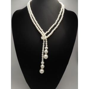 Collier sautoir composé de perles blanches nacrées