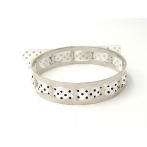 Bracelet en métal argenté orné d'un ruban en satin blanc à pois noirs