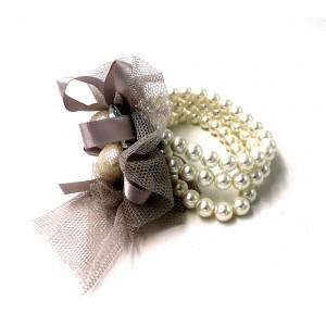Bracelet formé de perles blanches nacrées, gros strass, tulle et ruban gris