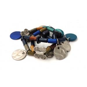 Bracelet sur 3 rangs, perles de bois, de verre, breloques métal