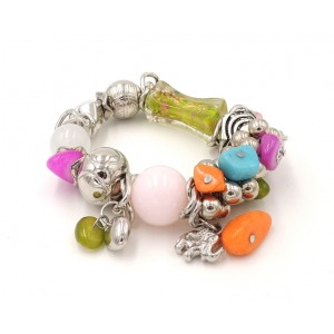 Bracelet en métal argenté, perles de couleurs, breloques