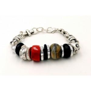 Bracelet en métal argenté travaillé façon artisanale orné de rondelles et pierre centrale