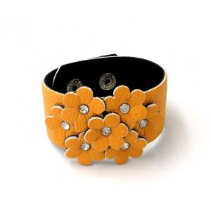 Bracelet manchette en cuir jaune avec des fleurs ornées de strass