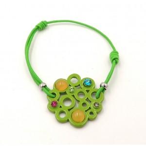Bracelet formé d'un élastique vert orné d'une platine avec des perles et strass